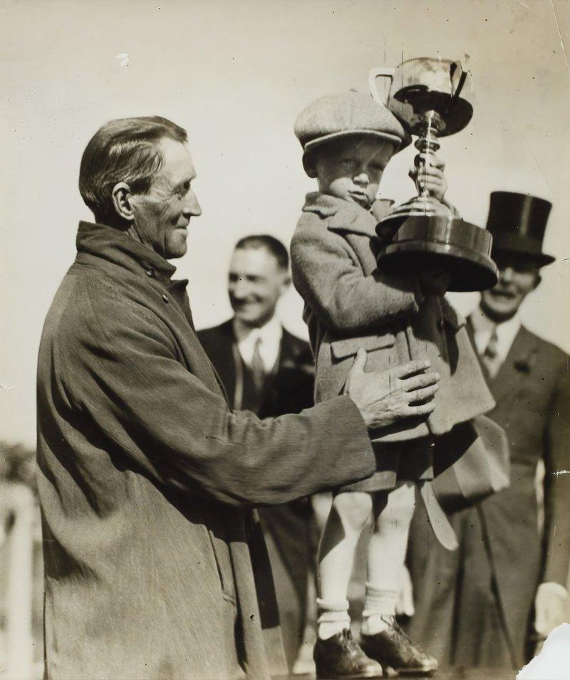 Presentation of Phar Lap's Melbourne Cup, Flemington Racecourse, Victoria, 4 Nov 1930
